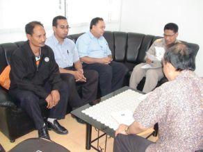 Wakil SK Sena berbincang dengan Pengarah Pejabat Kawasan Pelajaran Satun