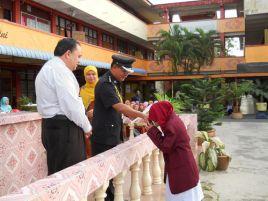 ASP Azmi bin Hamid menyerahkan watikah pelantikan kepada Ketua Pengawas 2011