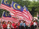 Murid-murid SK Sena mengibarkan Jalur Gemilang dalam Majlis Pelancaran Sambutan Hari Kebangsaan Malaysia Ke-56 di Dataran Sena
