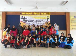 Pasukan futsal wanita dan bola jaring serta guru-guru pengiring SK Sena bersama hadiah kemenangan dalam Karnival Sekolah Kecemerlangan Peringkat Kebangsaan 2011