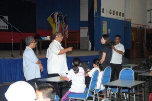 YBM Dato' Seri Diraja Syed Razlan berbual dengan salah seorang guru yang menyertai Bengkel 1 CCC2012