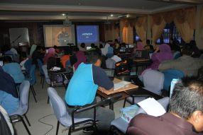 Peserta-peserta Bengkel 2 CCC2012 mengikuti penerangan tentang kaedah suntingan video menggunakan Kdenlive melalui live telecast di BTPN Perlis